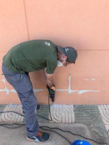 aplicador de Traconsa realizando tratamiento termitas